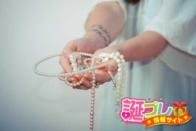 女性のネックレスの画像