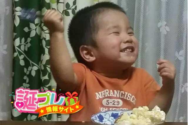 3歳の少年とケーキの画像