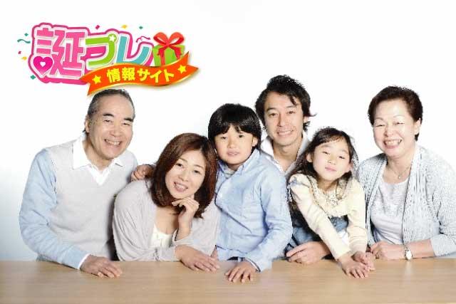 8歳の子供と家族の画像