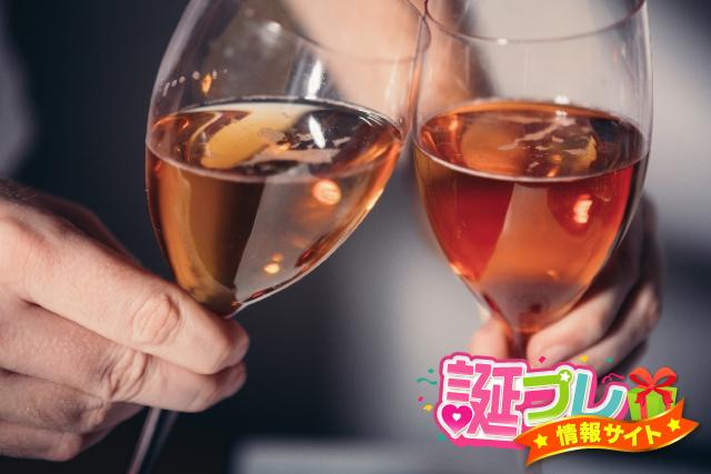 「グラスで乾杯」の画像