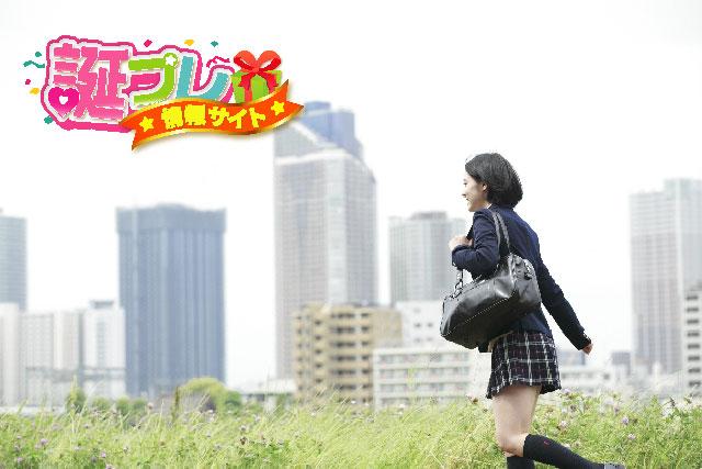 学校へ向かう女子高生の画像