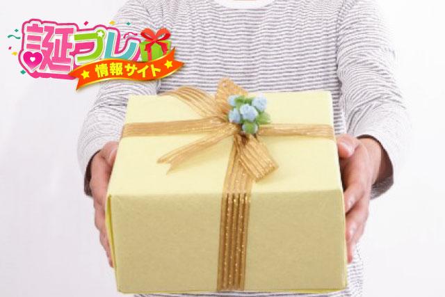 誕生日プレゼントを渡す業者の画像
