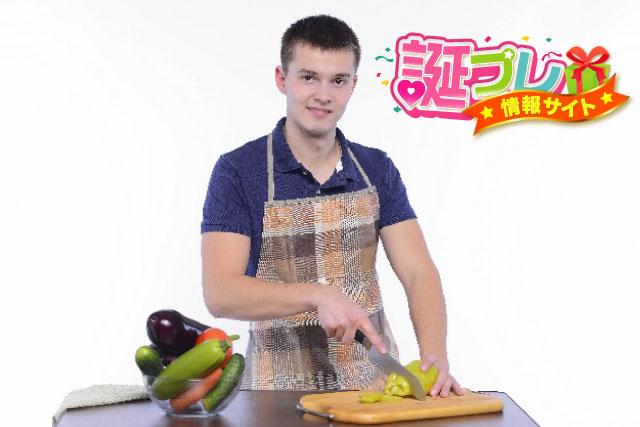 料理を作る男性の画像
